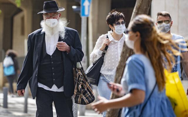 Des Israéliens portent des masques par crainte du coronavirus pour faire des courses dans le centre de Jérusalem après l'allègement des mesures de confinement, le 3 mai 2020 (Crédit : Olivier Fitoussi/Flash90)