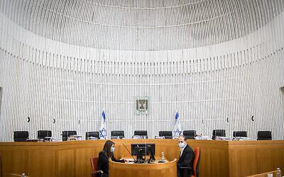 La salle d'audience vide avant une deuxième journée d'audiences sur les recours contre l'accord de coalition entre le parti Kakhol lavan de Benny Gantz et le Likud de Benjamin Netanyahu, à la Cour suprême de Jérusalem, le 3 mai 2020. (Oren Ben Hakoon/Pool)