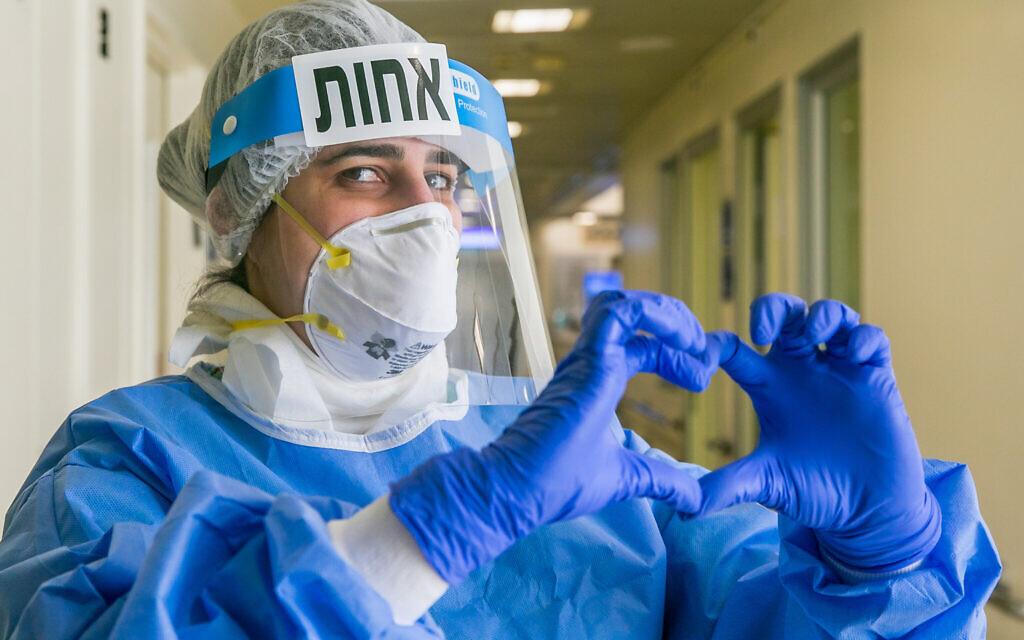 Une infirmière de l'hôpital Ichilov à Tel Aviv, le 4 mai 2020. (Crédit : Yossi Aloni/Flash90)
