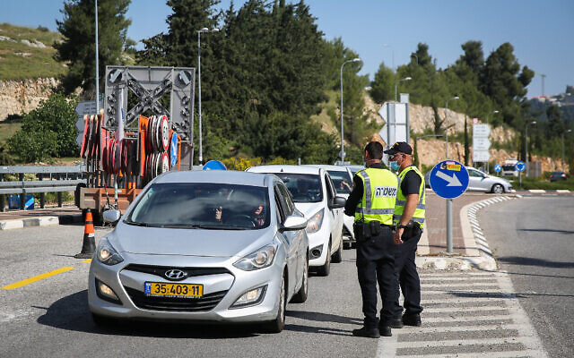 La police surveille un poste de contrôle sur une route menant au tombeau de rabbi Shimon Bar Yohai, au Mont Meron, le 7 mai 2020. (David Cohen/Flash90)