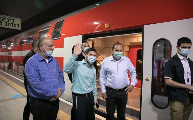 Le ministre des Transports Bezalel Smotrich inaugure le nouveau train à grande vitesse reliant la gare Savidor de Tel Aviv, à la gare Yitzhak Navon de Jérusalem le 11 mai 2020 (Crédit : Olivier Fitoussi/Flash90)