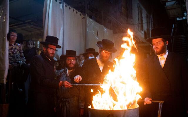 Des juifs ultra-orthodoxes célèbrent la fête de Lag Baomer dans le quartier ultra-orthodoxe de Mea Shearim à Jérusalem le 11 mai 2020. (Crédit : Yonatan Sindel/Flash90)
