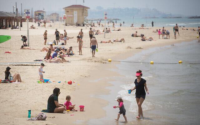 Les Israéliens profitent de la plage, le 12 mai 2020 (Crédit :  Miriam Alster/FLASH90)