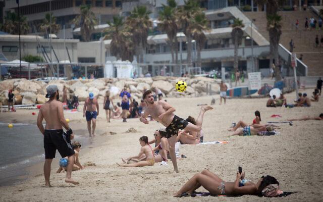 Des Israéliens sur la plage de Tel-Aviv bafouant les règles visant à stopper la propagation du coronavirus, le 12 mai 2020. (Crédit : Miriam Alster/FLASH90)