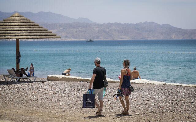 Des amateurs de plage au bord de la mer Rouge à Eilat, au sud d'Israël, le 13 mai 2020 (Crédit : Yossi Zeliger/Flash90)