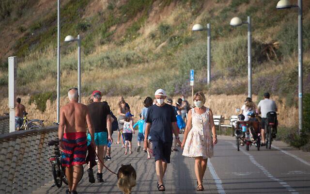 Photo d'illustration : Des Israéliens profitent de la plage de Tel Aviv, alors que la température atteint 40 degrés dans certaines régions du pays, le 16 mai 2020. (Miriam Alster/Flash90)