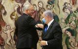 Le Premier ministre Benjamin Netanyahu (à droite) et le chef du parti Kakhol lavan, Benny Gantz, à la Knesset, le 17 mai 2020, après la prestation de serment du nouveau gouvernement. (Alex Kolomoisky/POOL)