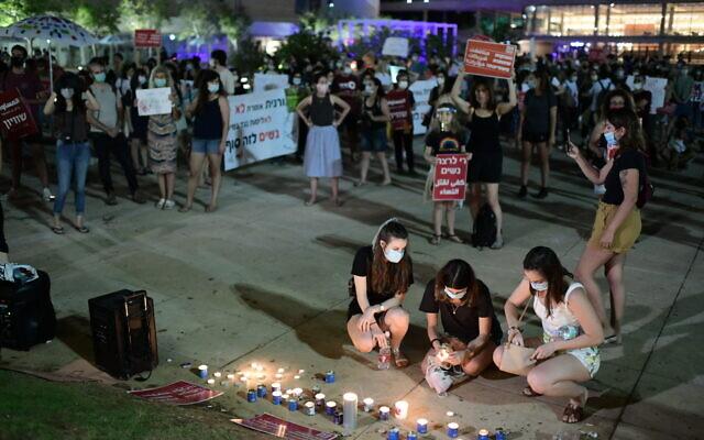 Des femmes manifestent contre la violence à l'égard des femmes sur la place Habima à Tel Aviv, le 18 mai 2020. (Tomer Neuberg/Flash90)