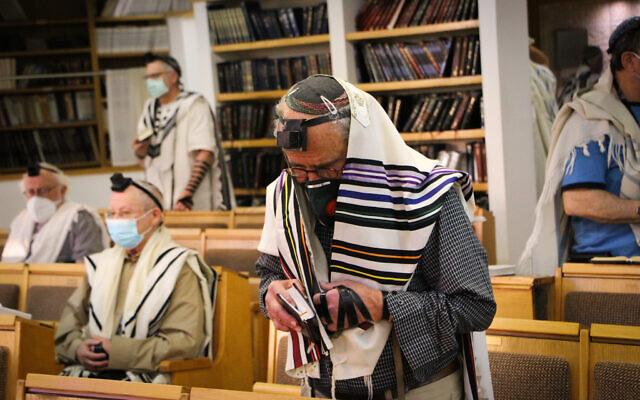 Des Juifs prient dans une synagogue de l'implantation d'Efrat, dans le Gush Etzion, en Cisjordanie, le 20 mai 2020. (Crédit : Gershon Elinson/Flash90)