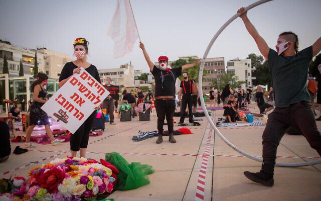 Des artistes de rue lors d'une manifestation réclamant plus de soutien financier de la part du gouvernement israélien sur la place Habima de Tel Aviv, le 20 mai 2020 (Crédit : Miriam Alster/Flash90)