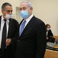 Le Premier ministre Benjamin Netanyahu et son avocat Micah Fetman (à gauche) au tribunal de district de Jérusalem pour le début de son procès pour corruption, le 24 mai 2020. (Amit Shabi/Pool/Flash90)