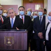 Le Premier ministre Benjamin Netanyahu est entouré par des élus du Likud alors qu'il donne une conférence de presse avant le début de son procès au tribunal de Jérusalem. Le Premier ministre Netanyahu est poursuivi pour des accusations criminelles de corruption,  fraude et abus de confiance, le 24 mai 2020. (Photo par Yonatan Sindel/FLASH90)