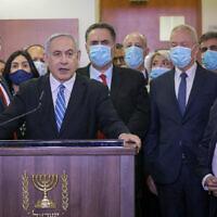 Le Premier ministre Benjamin Netanyahu, entouré des députés du Likud, fait une déclaration télévisée avant le début de son procès pour corruption au tribunal de district de Jérusalem, le 24 mai 2020. Parmi les ministres du Likud photographiés (de gauche à droite) figurent Amir Ohana, Miri Regev, Israel Katz, Tzachi Hangebi, Yoav Gallant et David Amsalam. (Yonatan Sindel/Flash90)