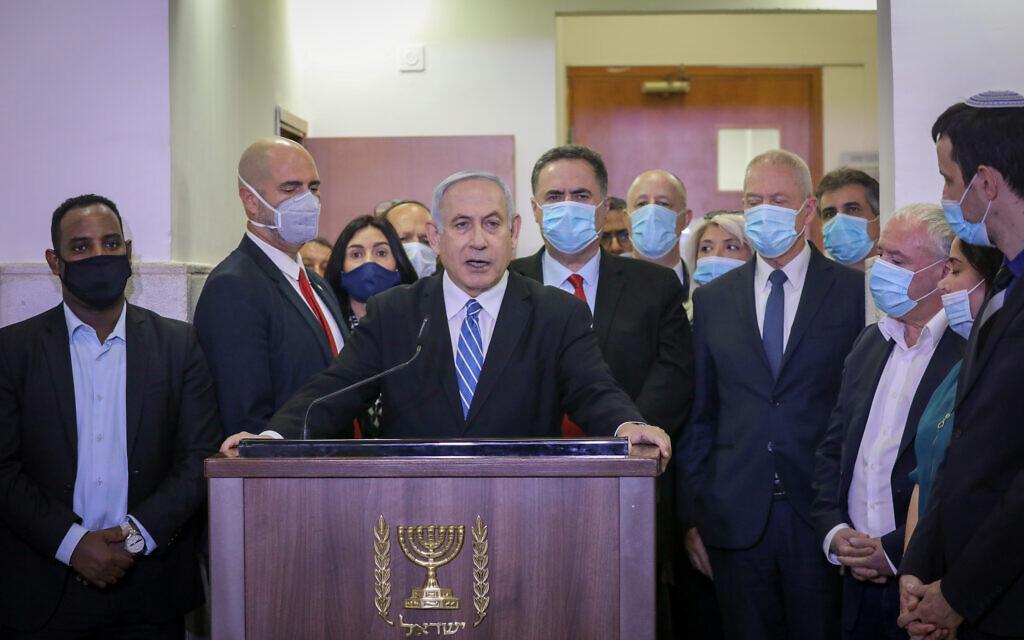 Le Premier ministre Benjamin Netanyahu est entouré par des ministres élus du Likud alors qu'il donne une conférence de presse avant le début de son procès au tribunal de Jérusalem. Le Premier ministre Netanyahu est poursuivi pour des accusations criminelles de corruption, fraude et abus de confiance, le 24 mai 2020. (Photo par Yonatan Sindel/FLASH90)