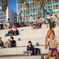 Les Israéliens profitent d'une journée à la plage à Tel Aviv, le 29 mai 2020 (Crédit : Miriam Alster/Flash90)