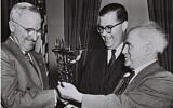 Le président des Etats-Unis Harry Truman reçoit un cadeau du Premier ministre israélien David Ben Gurion et de l'ambassadeur d'Israël aux États-Unis, Abba Eban, à la Maison Blanche en 1951. (Autorisation GPO)
