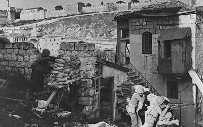 Soldats israéliens dans le quartier de Yemin Moshe, face aux murs de la Vieille Ville, juin 1948. (Avec l'aimable autorisation du service de presse du gouvernement, GPO, Jérusalem)