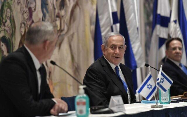Le Premier ministre Benjamin Netanyahu, (au centre), le ministre de la Défense Benny Gantz, (à gauche), et le secrétaire de cabinet Tzachi Braverman lors de la première réunion du 35e gouvernement, à la Knesset, le 17 mai 2020. (Kobi Gideon/GPO)