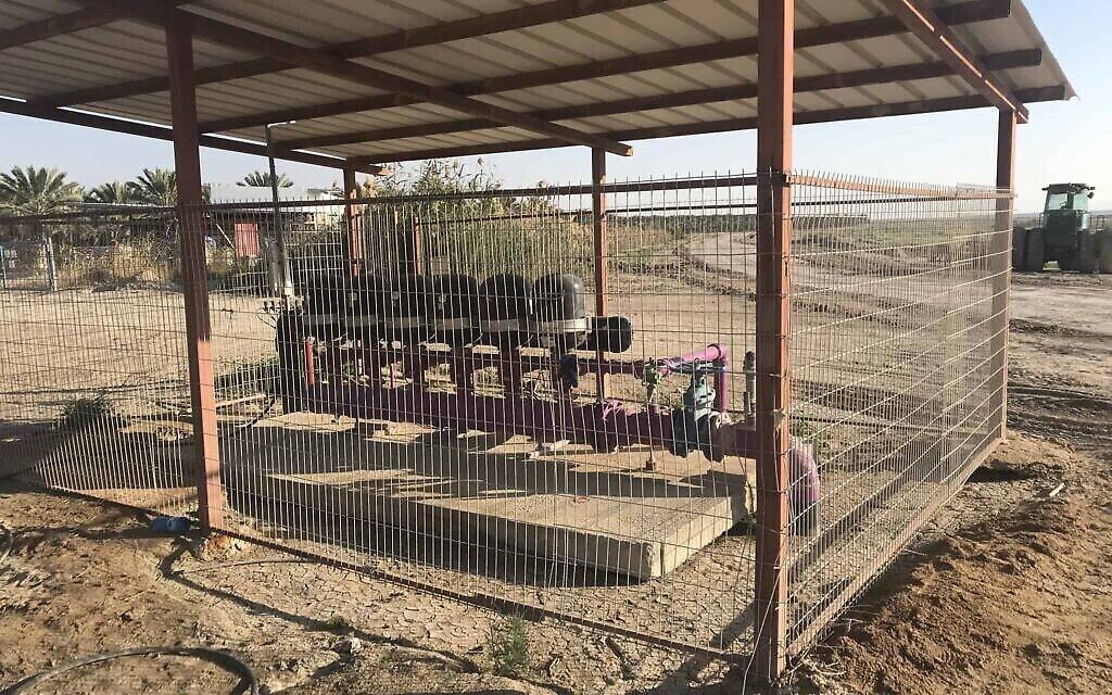 Les canalisations pourpres qui amènent de l'eau désalinisée dans les enclaves situées sur les terres désignées réserves naturelles (Crédit : Amir Ben-David/ Zman Yisrael)