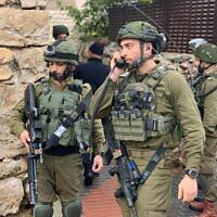 Illustration : L'armée israélienne sur la scène d'une attaque au couteau près de Kiryat Arba en Cisjordanie, le 18 janvier 2020. (Crédit : Bureau du porte-parole de l'IDF)
