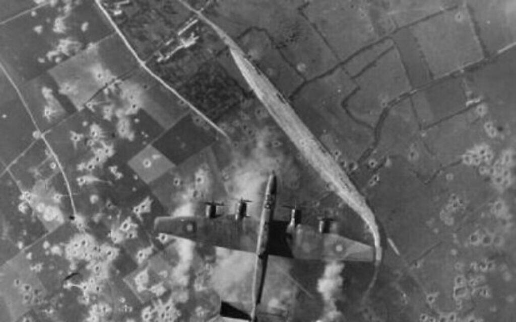 Des bombardiers de la RAF pendant une ataque contre un site d'armement secret allemand, dans la France occupée (Crédit : Domaine public)
