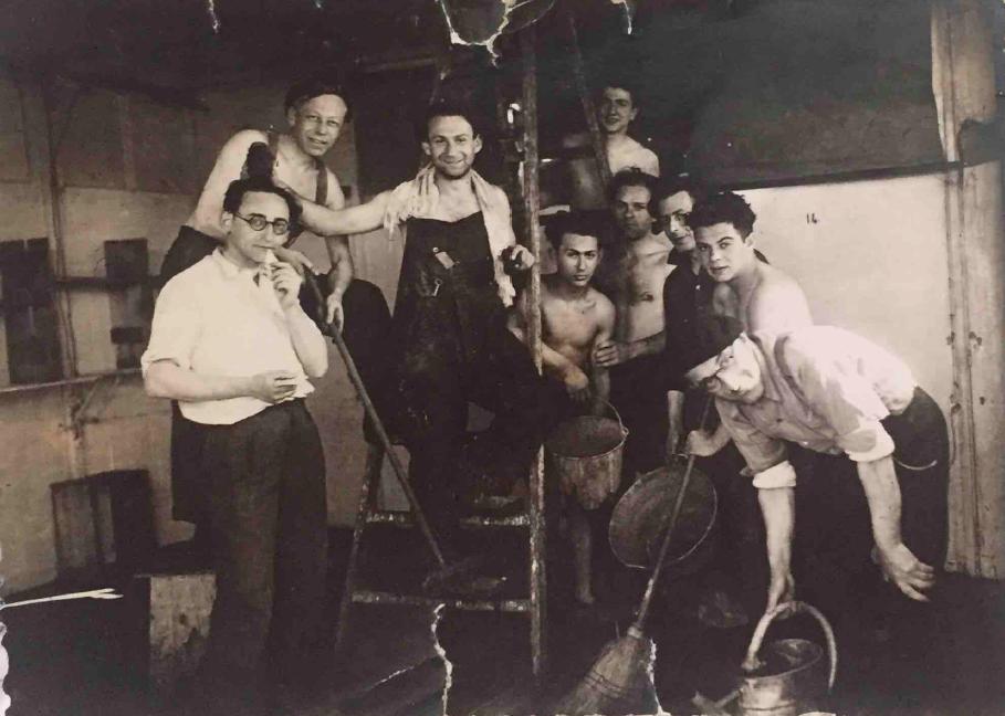 Jacques Glass (tout à gauche) avec d'autres prisonniers à Pithiviers, en 1942 (Autorisation : Hadley Freeman)