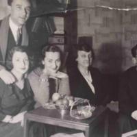 De gauche à droite : Henri Glass derrière son épouse Sonia, Sala Glass, Chaya Glass et Jacques Glass dans l'appartement de Henri et Sonia peu après leur mariage, à Paris (Autorisation : Hadley Freeman)
