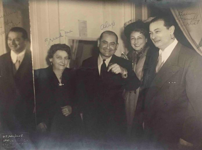 Chaya Glass, Alex Maguy (Glass), une amie et l'artiste Moïse Kisling à un défilé de mode d'Alex, à Paris, dans les années 1950 (Autorisation : Hadley Freeman)