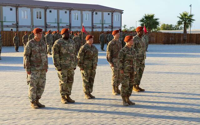 Des soldats de la force multinationale pendant une cérémonie de changement de commandement dans le Sinaï, en Egypte, le 15 juillet 2019 (Crédit : US Army/Staff Sgt. Kulani J. Lakanaria)