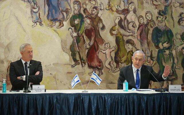 La première conférence de presse du nouveau gouvernement d'unité présidé par le Premier ministre Benjamin Netanyahu et par le Premier ministre d'alternance Benny Gantz à la Knesset, le 17 mai 2020 (Crédit : Alex Kolomoisky/POOL)
