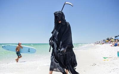 Daniel Uhlfelder proteste contre la réouverture des plages habillé en Grande Faucheuse (Autorisation/Daniel Uhlfelder via JTA)