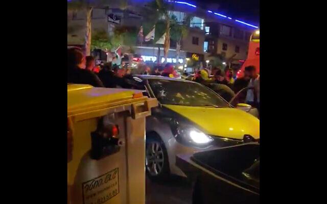 Un pare-brise de voiture criblé de balles dans une vidéo qui aurait été filmée sur la scène d'un double meurtre dans le nord d'Israël, le 7 mai 2020 (Capture d'écran/Twitter)