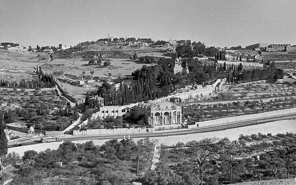 Gethsémani à Jérusalem, (au centre), avec le mont des Oliviers (à gauche), le 20 décembre 1963. (AP/Jim Pringle)