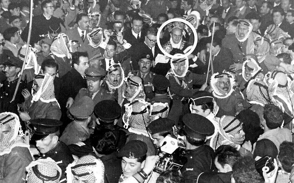 Des soldats jordaniens ouvrent la voie à travers la foule pour le pape Paul VI à Jérusalem, le 4 janvier 1964. (AP/Mario Torrisi)