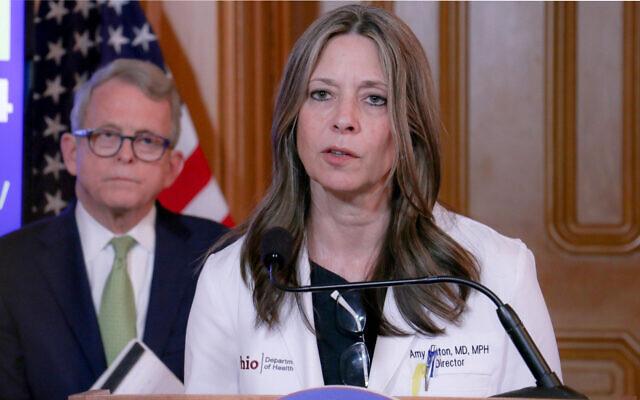 La directrice du département de la santé de l'Ohio, Amy Acton, s'exprime sur la lutte de l'État contre le coronavirus avec le gouverneur de l'Ohio, Mike DeWine. (Crédit : Bureau du gouverneur Mike DeWine via JTA)