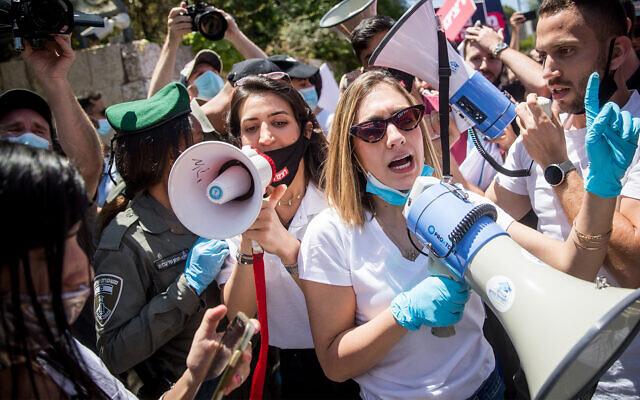Des étudiants israéliens affrontent la police alors qu'ils participent à une manifestation réclamant une aide financière et l'équité dans l'enseignement supérieur, à Jérusalem, le 7 mai 2020. (Yonatan Sindel/Flash90)