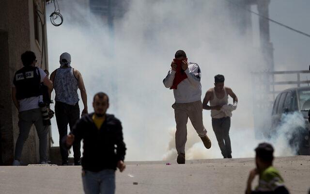 Affrontements entre Palestiniens et armée israélienne dans le village de Yabed, en Cisjordanie, le 12 mai 2020. (Crédit : AP/Majdi Mohammed)