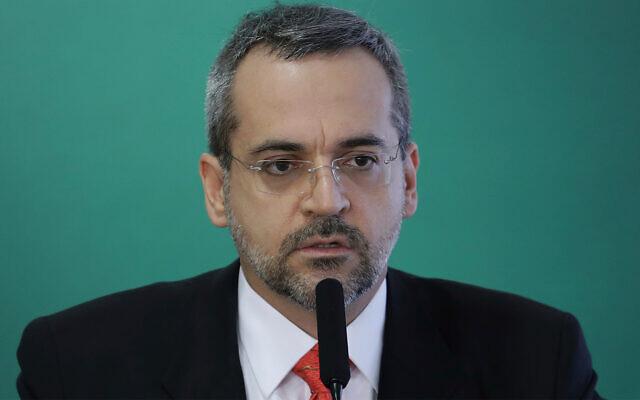 Le ministre de l'Education brésilien Abraham Weintraub lors de sa cérémonie de prestation de serment à Brasilia, au Brésil, le 9 avril 2019 (Crédit : AP/Eraldo Peres)