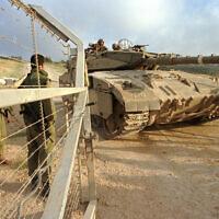 Des soldats israéliens ouvrent les portes pour le passage d'un char lors du retrait de Tsahal du Liban, le 22 juin 2000. (Flash90)