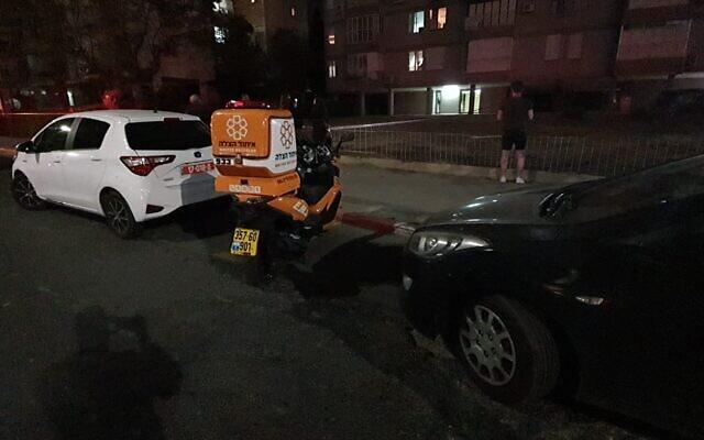 La police et les secouristes dans un appartement où le corps d'une femme a été retrouvé à Bat Yam, le 3 mai 2020. (Crédit : United Hatzalah)