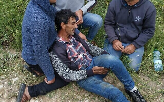 Un berger palestinien blessé par des résidents d'implantation israéliens près du village de Burqa, en Cisjordanie, le 6 mai 2020. (Crédit : municipalité de Burqa)