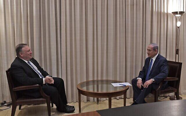 Le secrétaire d'Etat américain Mike Pompeo, à gauche, avec le Premier ministre Benjamin Netanyahu à la résidence du Premier ministre à Jérusalem, le 13 mai 2020. (Crédit : Kobi Gideon/PMO)