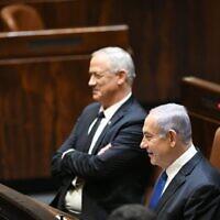 Le président de Kakhol lavan, Benny Gantz (à gauche), et le Premier ministre Benjamin Netanyahu lors du plénum de la Knesset, le 17 mai 2020. (Knesset)