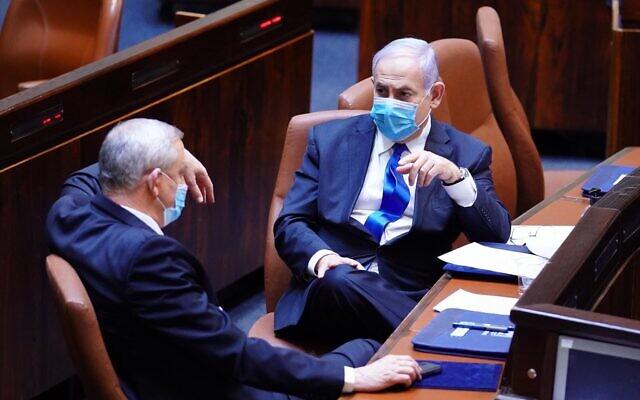 Le président de Kakhol lavan Benny Gantz (g) et le Premier ministre Benjamin Netanyahu à la Knesset le 17 mai 2020. (Crédit : Knesset)