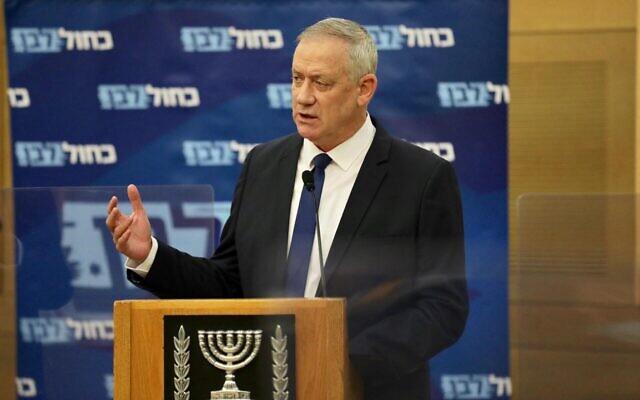 Le ministre de la Défense Benny Gantz s'exprimant lors de la réunion de la faction de son parti Kakhol lavan à la Knesset, le 27 mai 2020. (Elad Malka/Kakhol lavan)