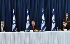 (De gauche à droite) Le ministre de la Défense Benny Gantz, le Premier ministre Benjamin Netanyahu et le secrétaire de cabinet Tzachi Braverman lors d'une réunion de cabinet au ministère des Affaires étrangères, le 31 mai 2020. (Haim Zach/PMO)