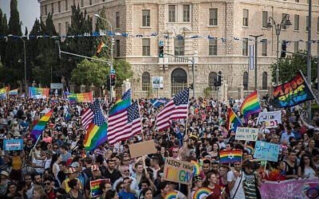 Des milliers de personnes participent à la parade annuelle de la gay Pride à Jérusalem, le 6 juin 2019. (Yonatan Sindel/Flash90)