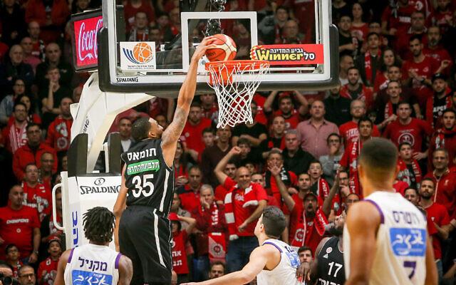 Les équipes de l'Hapoel Jerusalem et de l'Ironi Nahariya jouent à Tel Aviv pendant la finale de la Coupe de l'Etat d'Israël en Basketball le 13 février 2020. (Flash90)