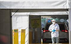 Un secouriste du Magen David Adom à un centre de test mobile du coronavirus à Jérusalem, le 24 mars 2020. (Olivier Fitoussi/Flash90)