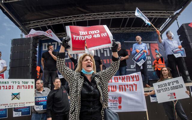 Des auto-entrepreneurs israéliens propriétaires de petites entreprises participent à une manifestation devant le parlement israélien à Jérusalem, le 30 mars 2020. (Yonatan Sindel/Flash90)
